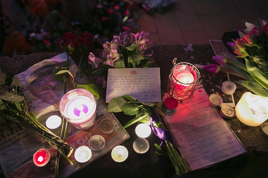 2016年1月11日,英國倫敦,人們放置鮮花、字條,悼念David Bowie。