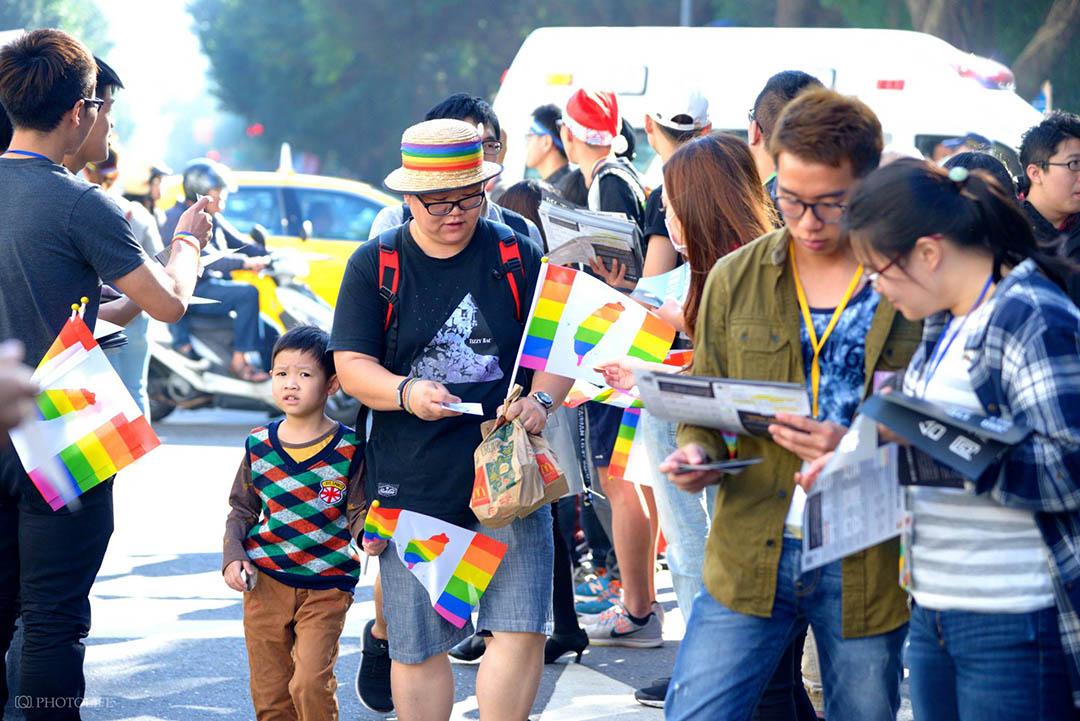 12月26日,立法院外有許多家長帶著小孩來支持同性婚姻平權的《民法》修正草案通過。