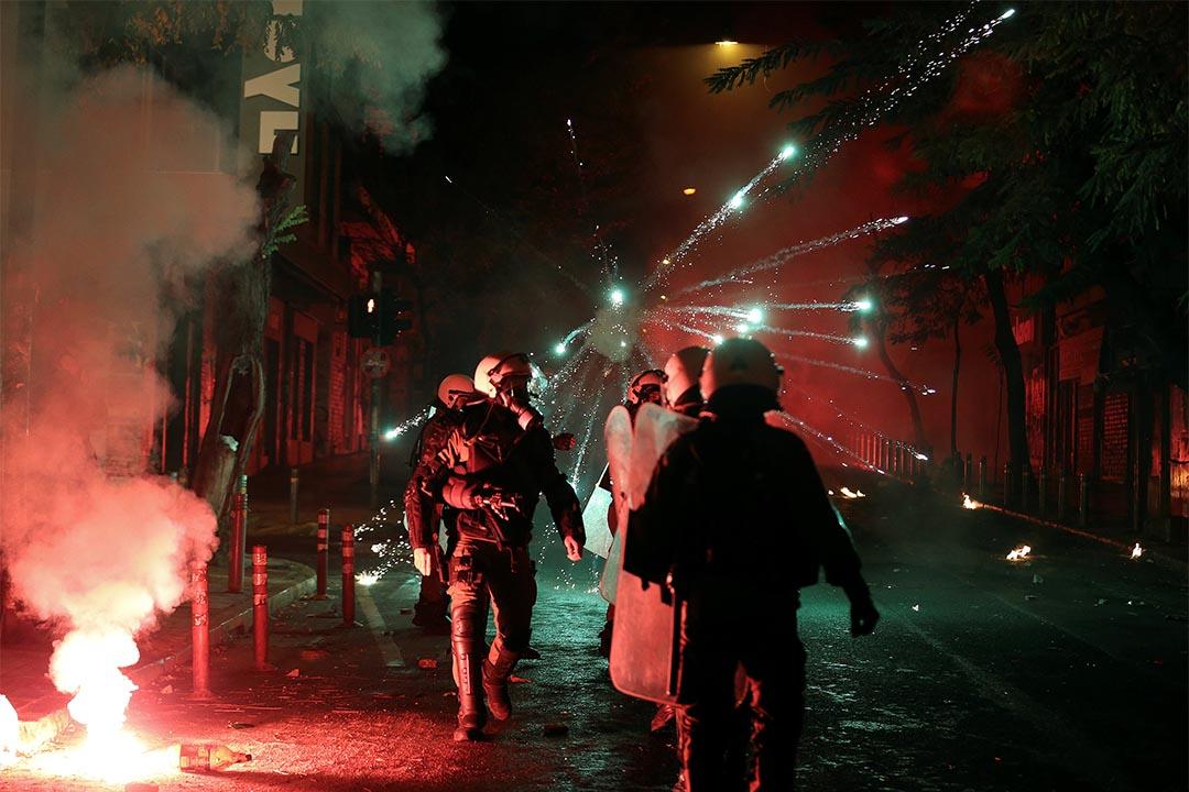 2016年12月6日,希臘雅典,人們發起遊行,悼念於2008年被警察射殺的學生Alexandros Grigoropoulos,煙花在防暴警察旁爆破。