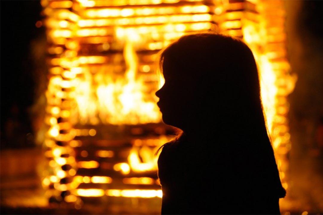 挪威史上最大戀童癖網絡被警方攻破。圖為一個小童站在火堆前。