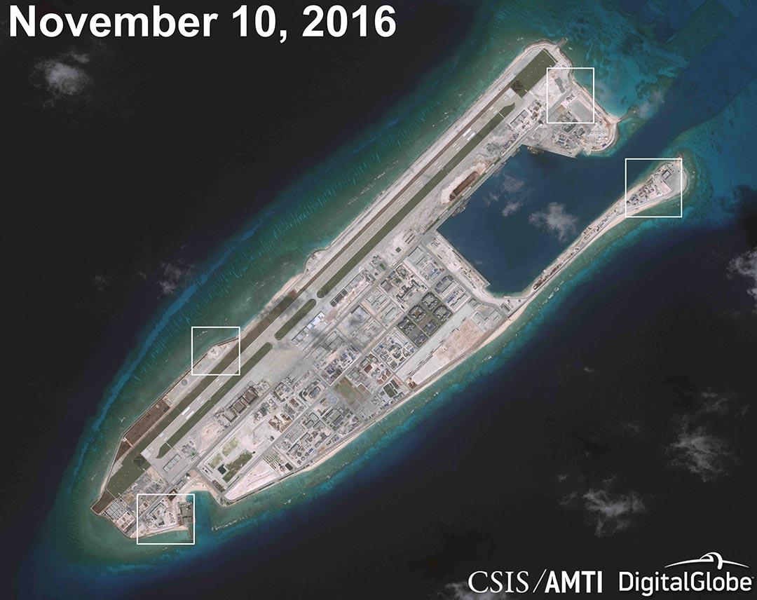 發佈於2016年12月13日的衛星圖像顯示在人工島Fiery Cross Reef建設類似是高射砲和近距離武器系統。