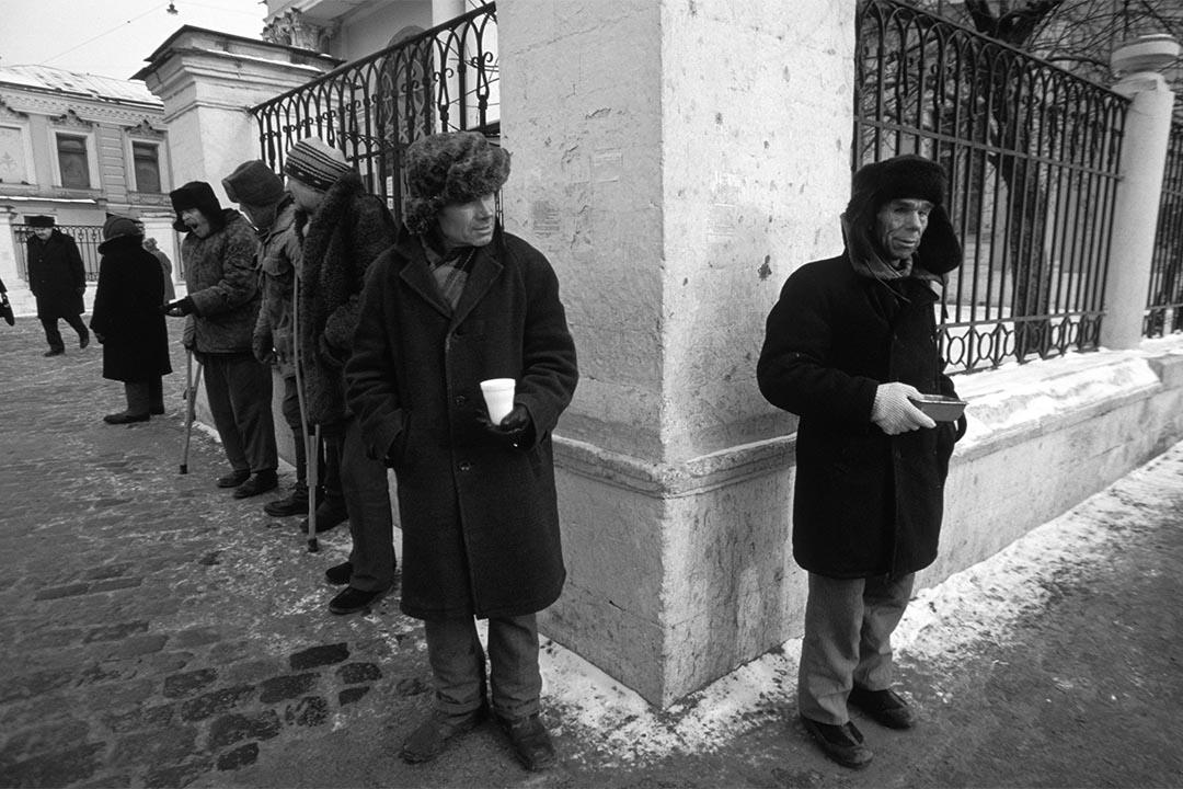 1992年4月2日,俄羅斯莫斯科,無家者在街頭行乞。