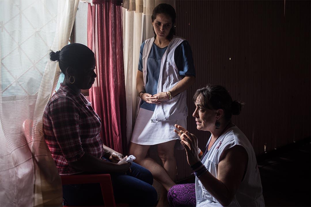 2016年1月,哥倫比亞圖馬科(Tumaco, Colombia),無國界醫生心理學家在哥倫比亞圖馬科為一個女人會診。無國界醫生團隊在圖馬科市區向武裝衝突及其他暴力問題影響的人,例如是性暴力受害者,提供全面的心理健康支援。