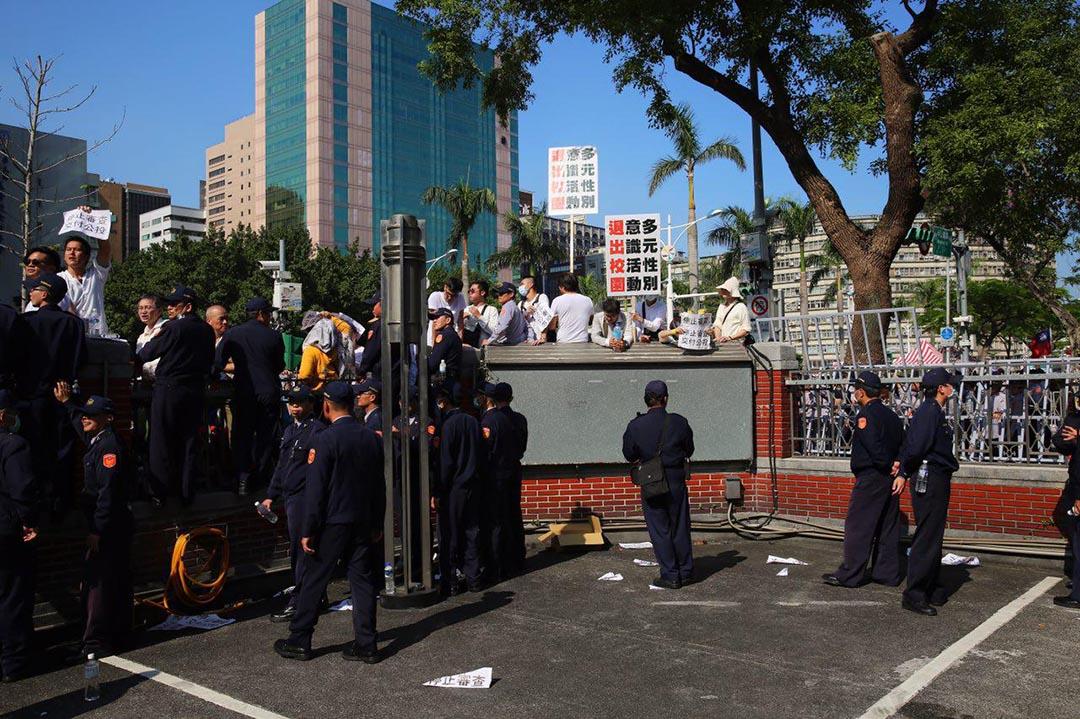 反同人士聚集在中山南路,些許民眾翻牆闖立院,被警方制伏。