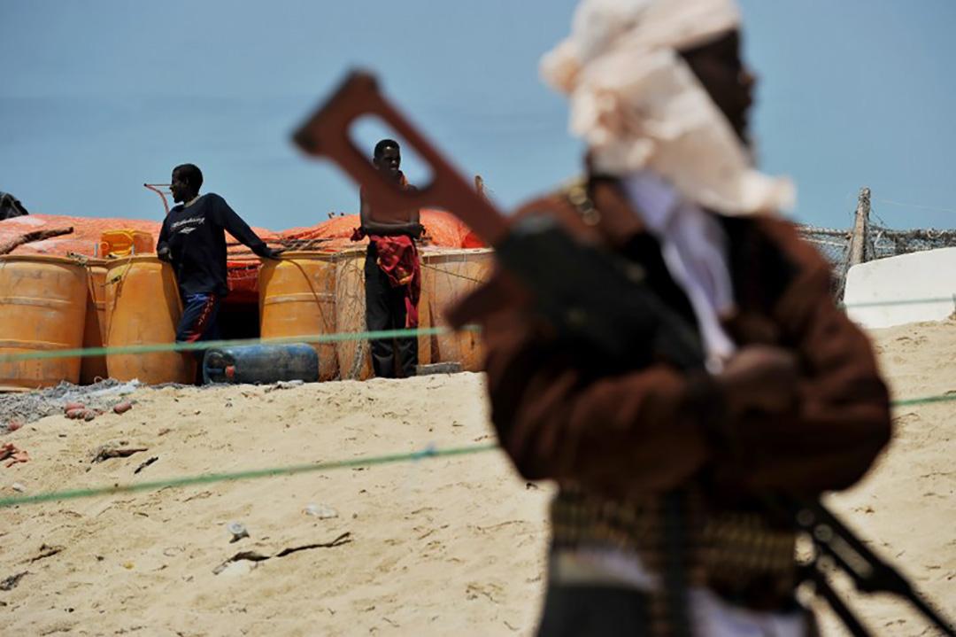 圖為霍比奧的一個海灘,一名海盜帶著武器。
