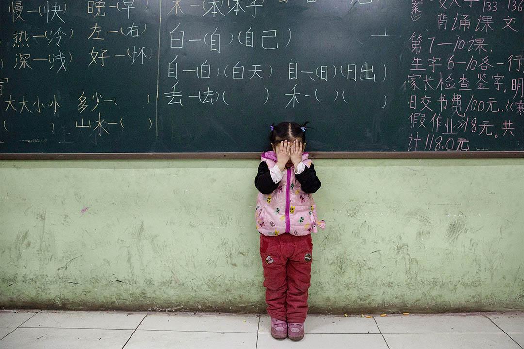 中國內地校園霸凌欺行為日益凸顯,國務院發文要求重點治理。圖為一個女童站在黑板前。