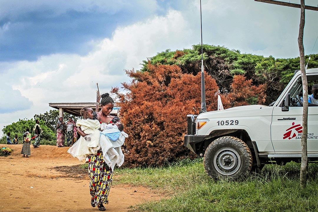 2015年10月,剛果民主共和國博加(Boga, Democratic Republic of Congo),無國界醫生在進行社區健康護理及健康推廣計劃,一名母親抱著她的兩個孩子到健康中心,接受小兒麻痺疫苗注射。