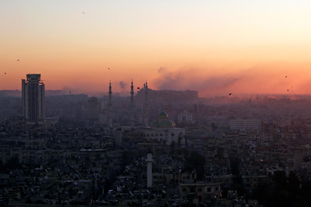 2016年12月6日,敘利亞阿勒頗,已被政府軍控制的區域有煙霧升起。