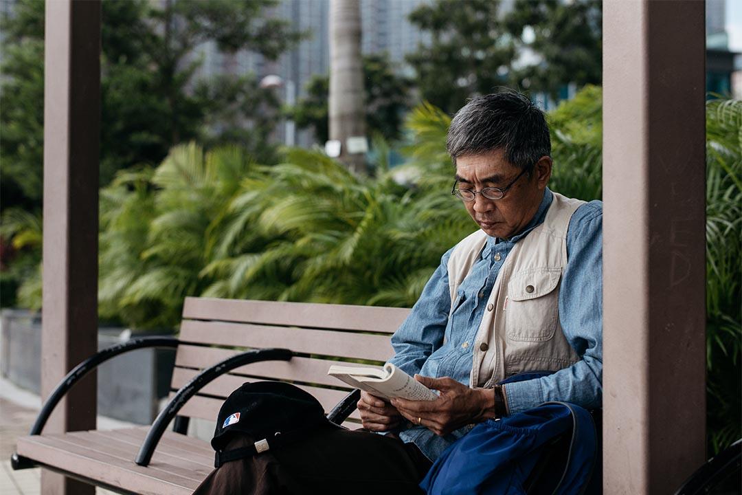 林榮基平日的消遣活動就是看書,有閒情時更會坐在海傍閱讀。