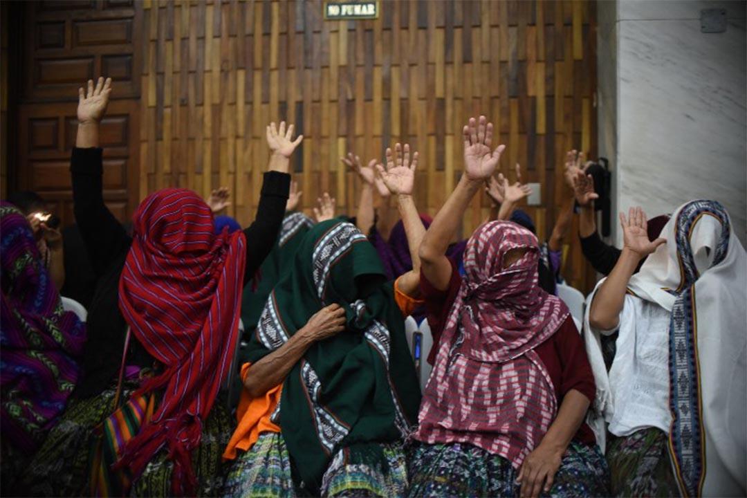 2016年2月26日,危地馬拉,性虐待受害者出庭指證兩個前軍官在內戰時向她們作出強暴與性奴役行為。