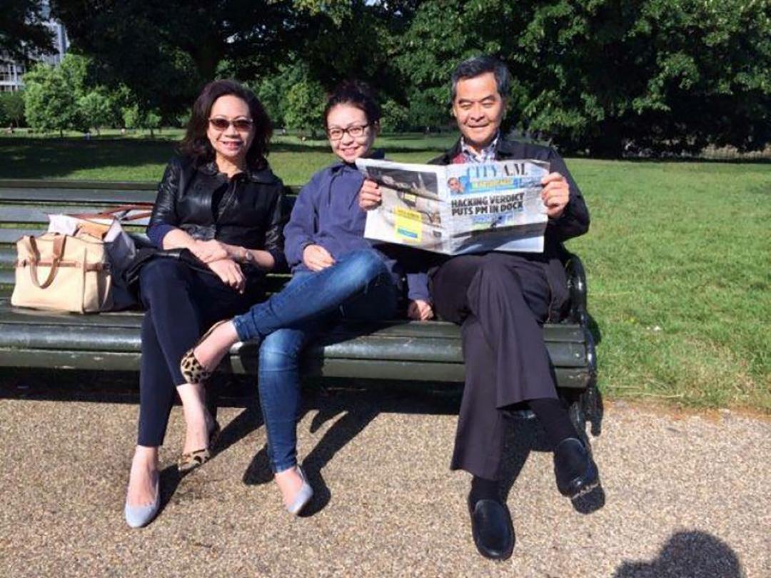 2014年6月25日,英国,梁振英与妻子梁唐青仪及女儿梁齐昕合照。