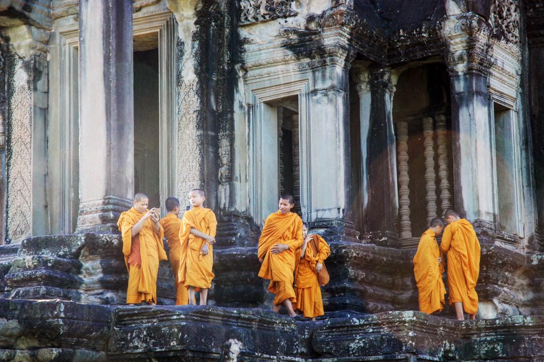 吳哥的寺廟建築上,雕像都有一絲莫名的微笑,面對絢爛的日月星辰,它們微笑,而災難、戰爭、貧窮逐一來臨,它們依然微笑。