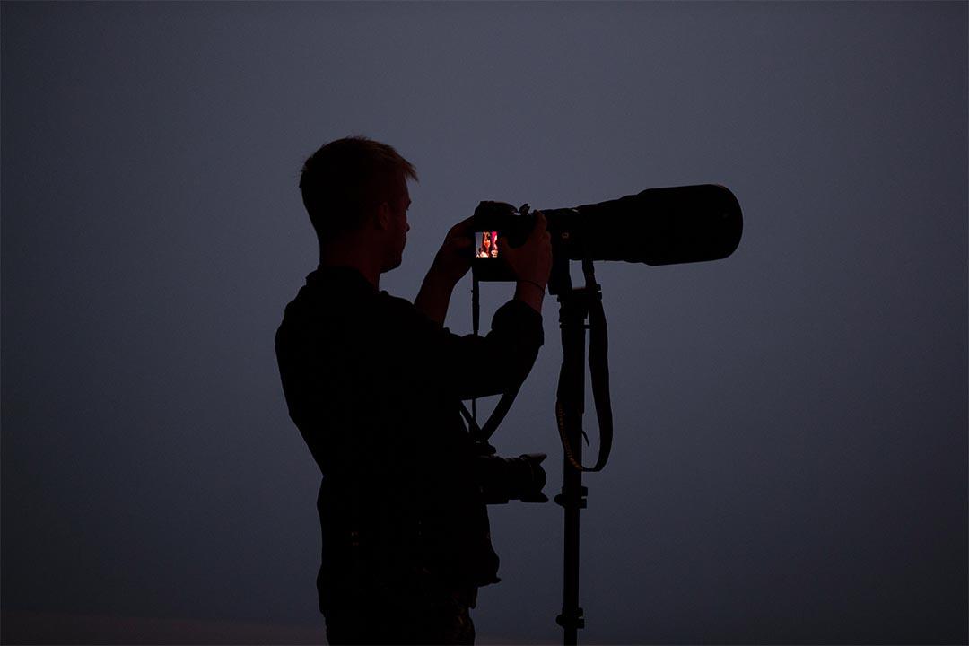 製片人和記者要求相機廠商集成加密功能。圖為一個攝影記者在回看照片。