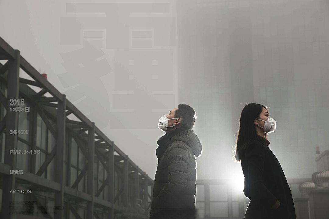 摄影师李杰(化名)和他的同事在工作室楼上的天台拍摄的照片之一。
