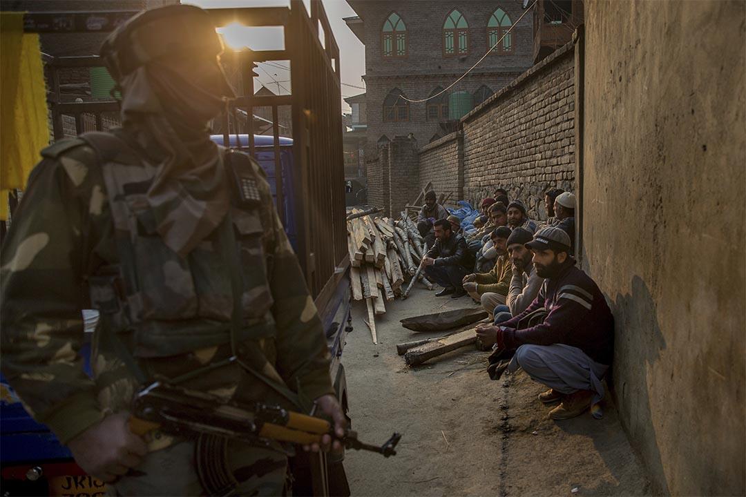 2016年12月17日,斯利那加,喀什米爾穆斯林被印度士兵扣查。