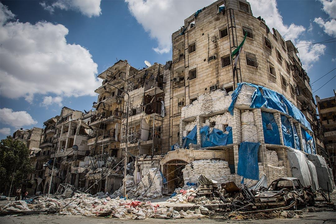 2016年4月,敘利亞阿勒頗(Aleppo, Syria),東部一間由無國界醫生支援的醫院被沙包包圍保護。這所醫院在四月屢次在空襲中被擊中,造成一名醫生死亡,多名護士受傷。