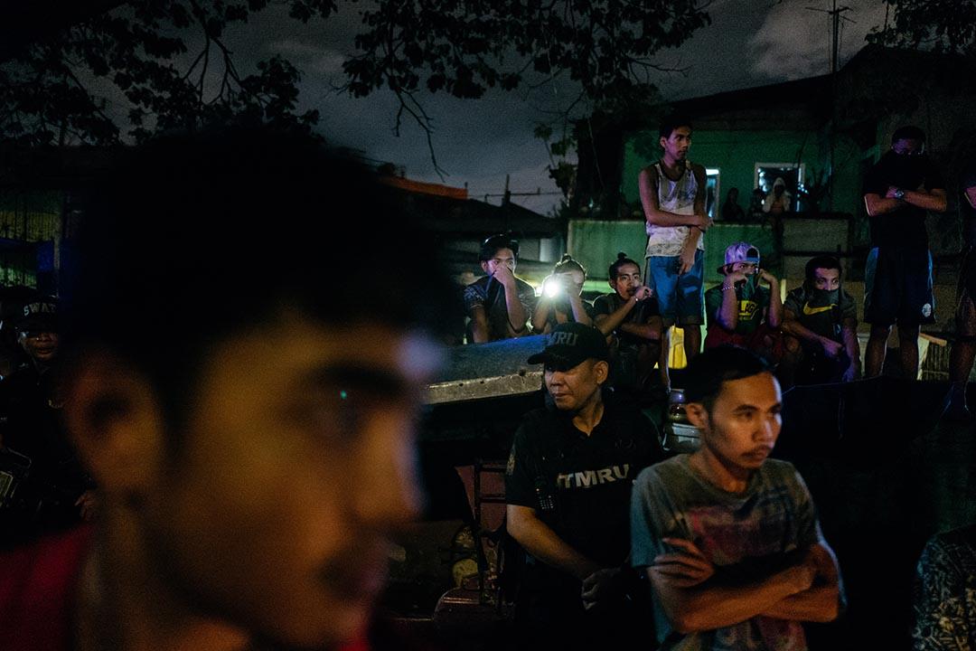 現場市民在警察的封鎖線外圍觀,有時耳語如常,大多靜默。