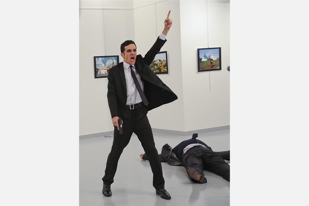 2016年12月19日,槍手槍擊俄羅斯大使Andrei Karlov後,在現場舉起手。