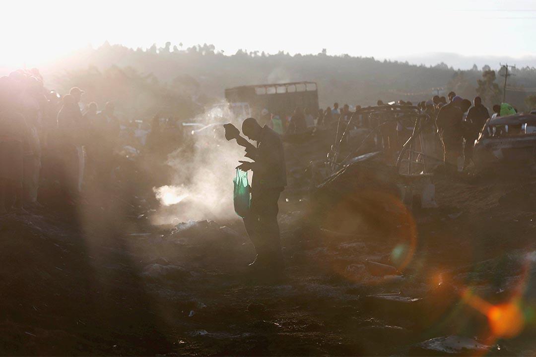 2016年12月11日,肯亞城鎮奈瓦沙,一輛油車爆炸造成傷亡,事年發生後有人走過現場。