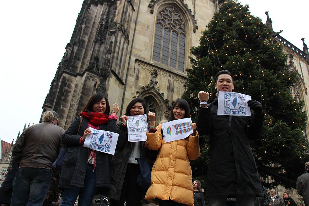 許多台灣留學生在明斯特街頭喊口號,支持台灣同性婚姻。