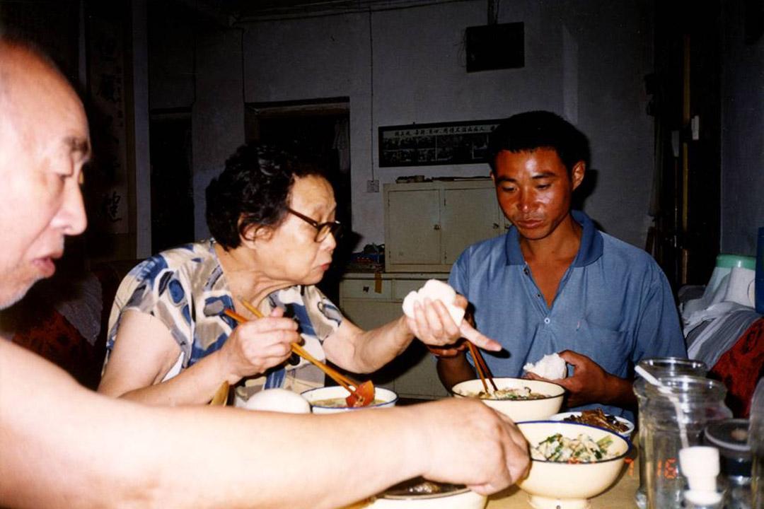 艾滋病病人在高耀洁家吃饭。