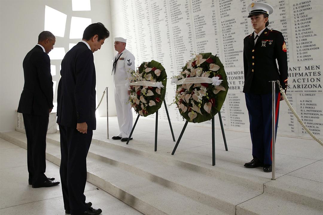 2016年12月27日,美國夏威夷,日本首相安倍晉三與美國總統奧巴馬到訪亞利桑那號戰艦紀念館,向日本偷襲珍珠港事件死難者獻花。