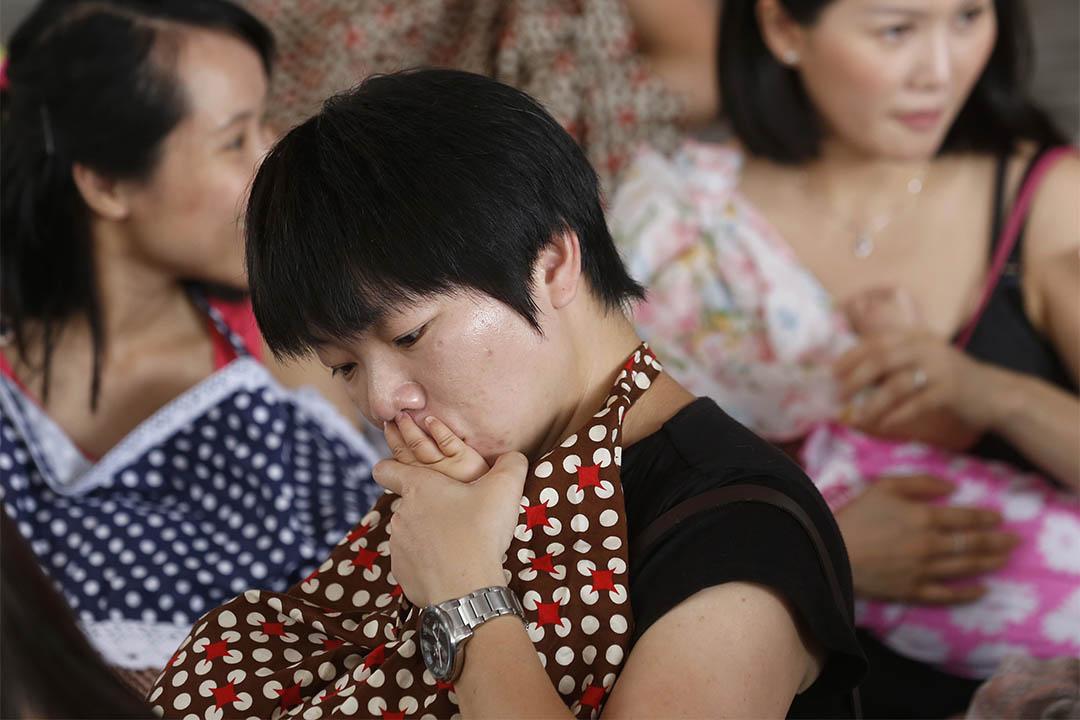 2014年6月14日,香港,約百名媽媽參與哺乳快閃,提倡母乳喂養,並促請政府設政策以保護母親在公共場所哺乳的權利。
