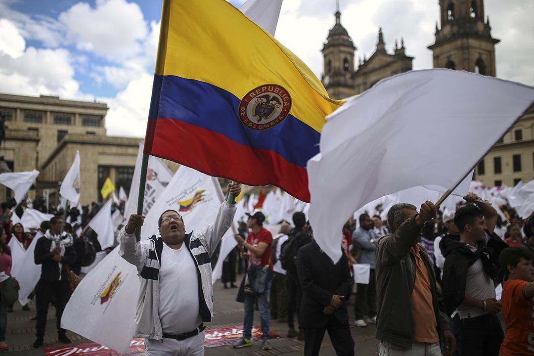 2016年11月24日,哥倫比亞,政府與FARC和平協議的支持者在遊行中揮動旗幟。