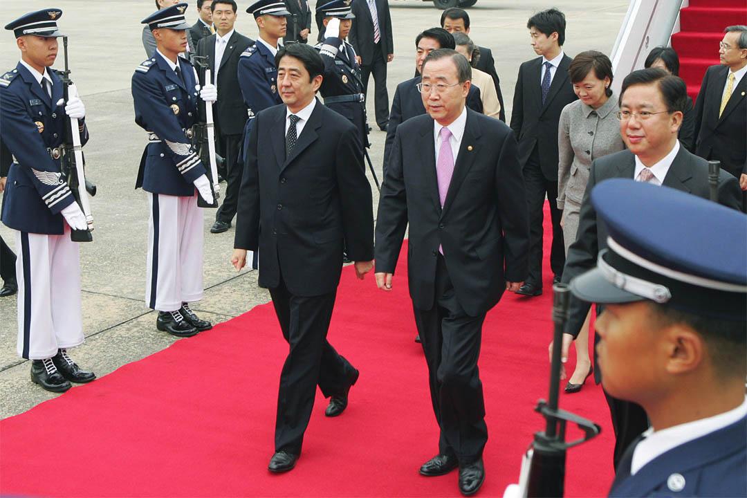 2006年10月9日,南韓,時任外交通商部部長的潘基文與日本首相安倍晉三。