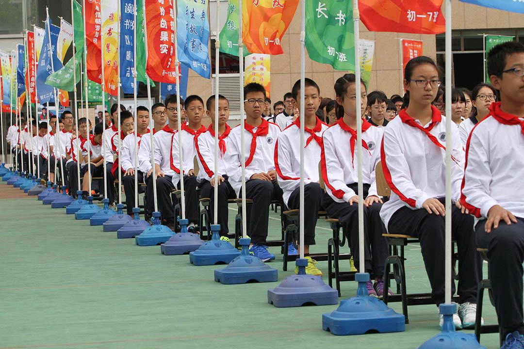 北京市一七一中學學生在提倡閱讀的標語旗下參加開學典禮。