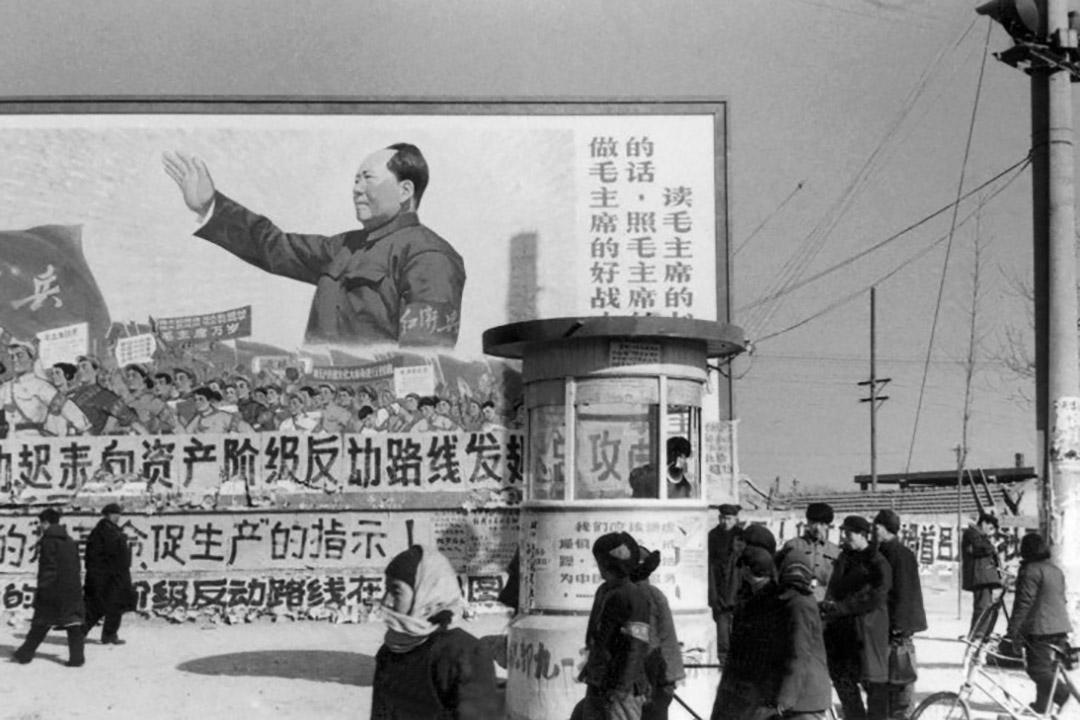 1967年2月,一群北京居民在市中心印有巨大毛澤東主席的海報下走過。