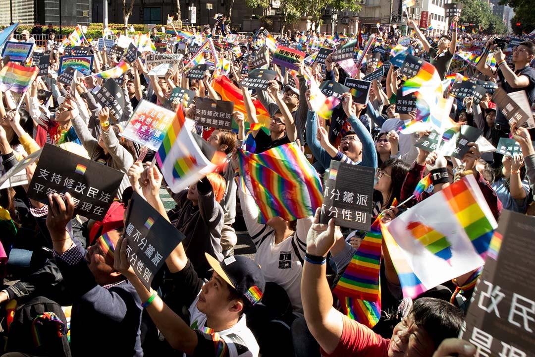 12月26日,挺同民眾搖曳著旗幟標語,表達自己訴求。