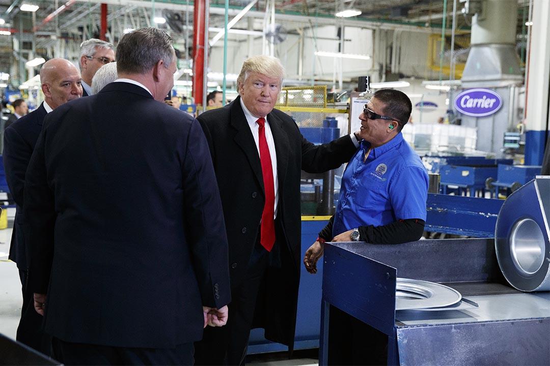 2016年12月1日,美國印第安納波利斯,特朗普參觀工廠時與工人談話。