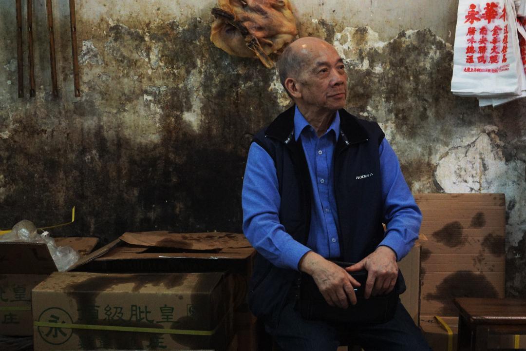 梁生昔日為酒樓買貨,退休後仍常過海來上海街「過日晨」,不時在鋪內呆上大半日。