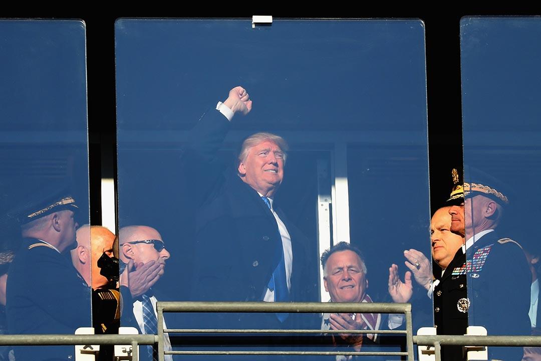 特朗普出席馬里蘭的活動期間與群眾揮手。