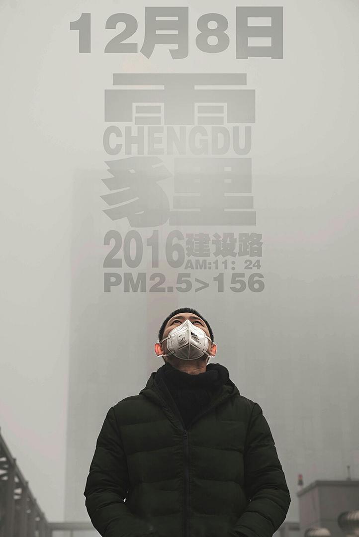攝影師李傑(化名)和他的同事在工作室樓上的天台拍攝的照片。
