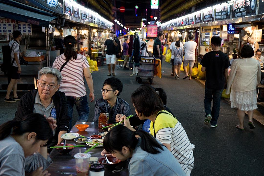 深夜的基隆廟口,還有許多當地客人來吃宵夜。