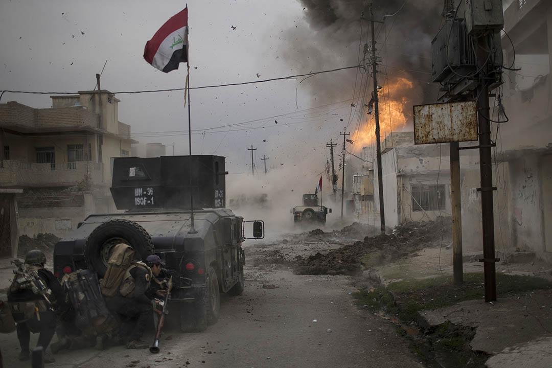 2016年11月16日,伊拉克摩蘇爾,一個汽車炸彈在伊拉克特別部隊的車輛旁爆炸。