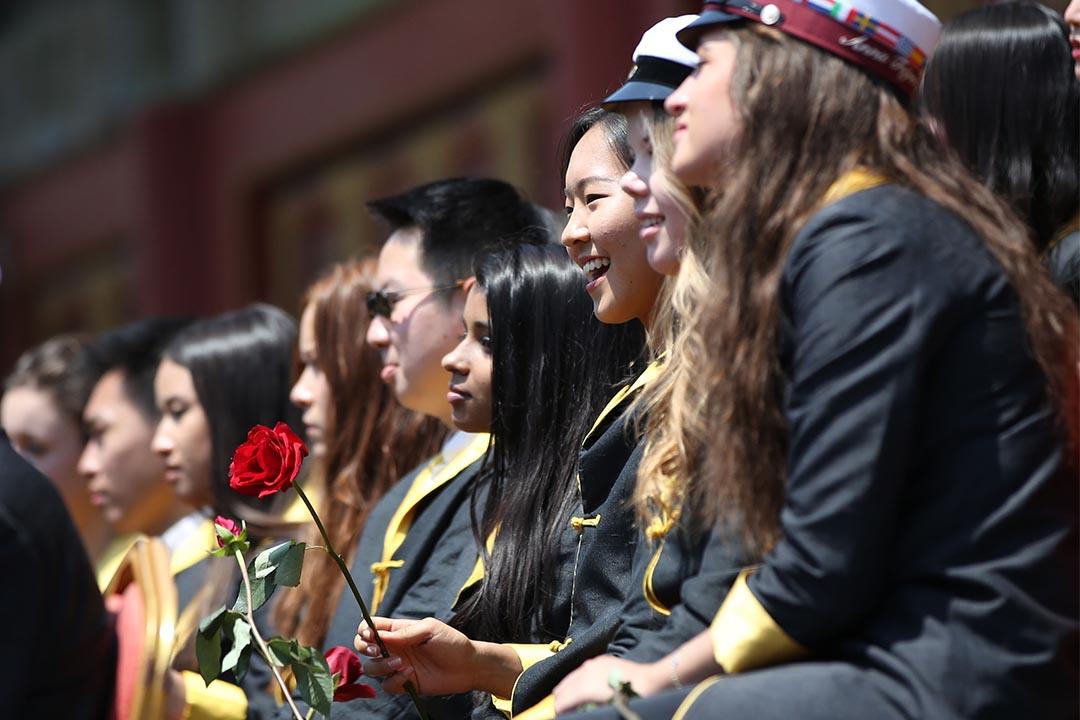 圖為2016年5月28日,北京一所國際學校高中生畢業典禮。