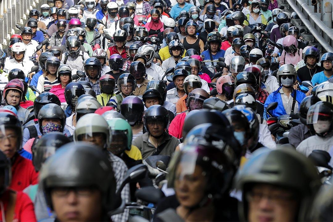 台灣立院初審,鳥籠公投門檻下修。圖為2016年6月29日,台北,人們駕機車上班。