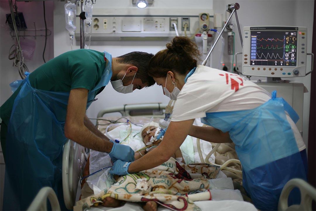 2015年12月,伊拉克蘇萊曼尼亞(Sulaymaniyah, Iraq),無國界醫生救援人員在急救醫院新修建的深切治療部內治理一名嬰兒。這所醫院是區內唯一一所創傷醫療設施,服務當區超過 250 萬人,包括許多從鄰近衝突地區遷徙而至的人。