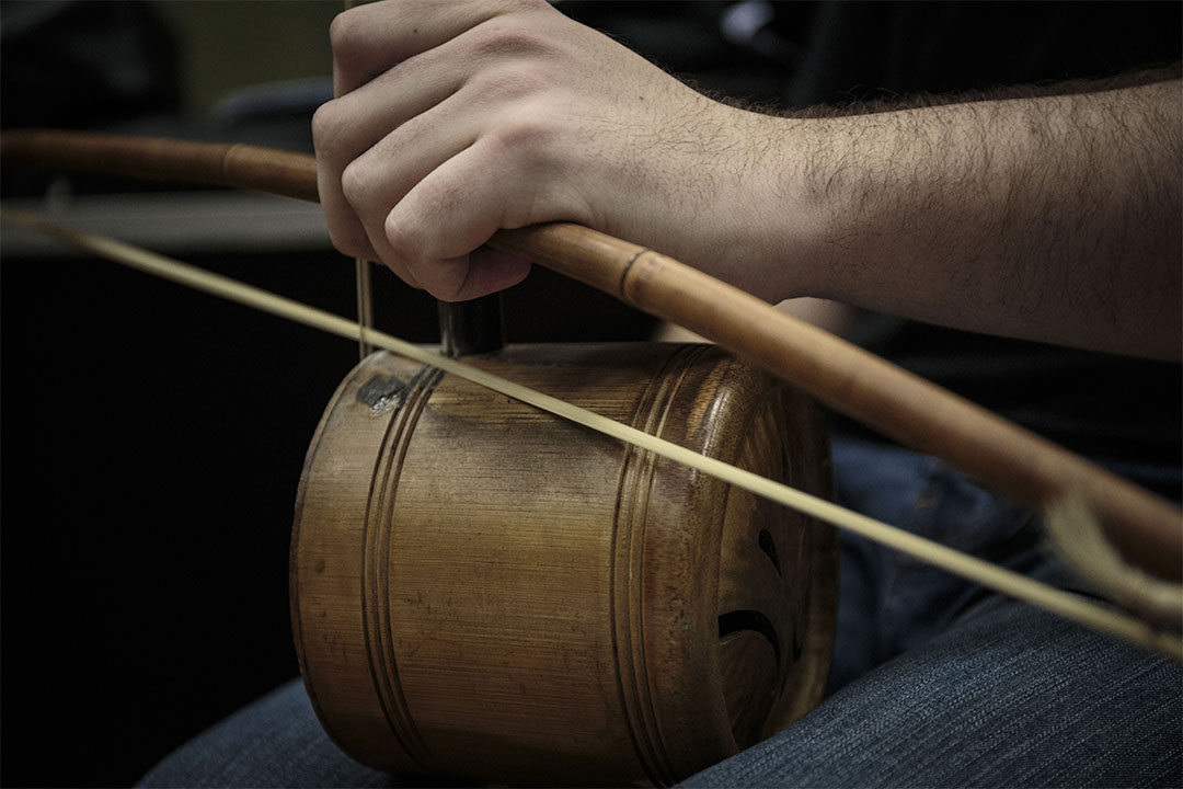 波士頓一位老樂師送了一把竹提琴給鍾情粵劇的John Clifford。