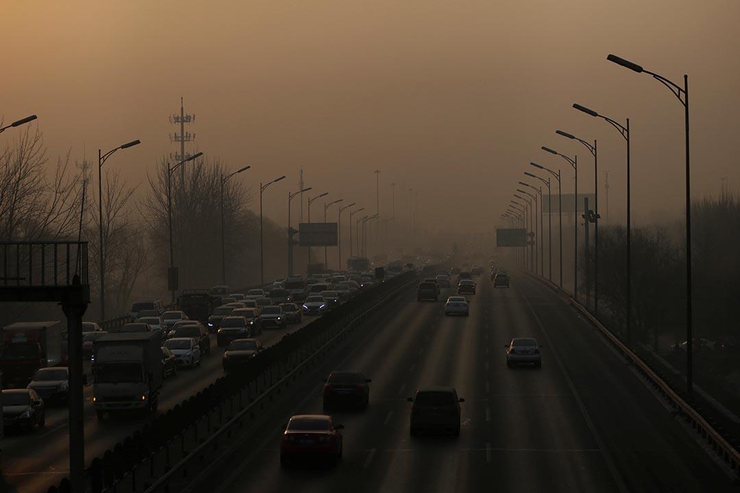 中國北京,早晨繁忙時間,車輛從霧霾中在五環路上行駕。