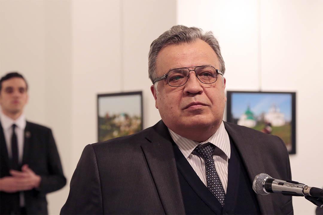 俄羅斯大使Andrei Karlov遇襲前在一個畫廊中參加活動。