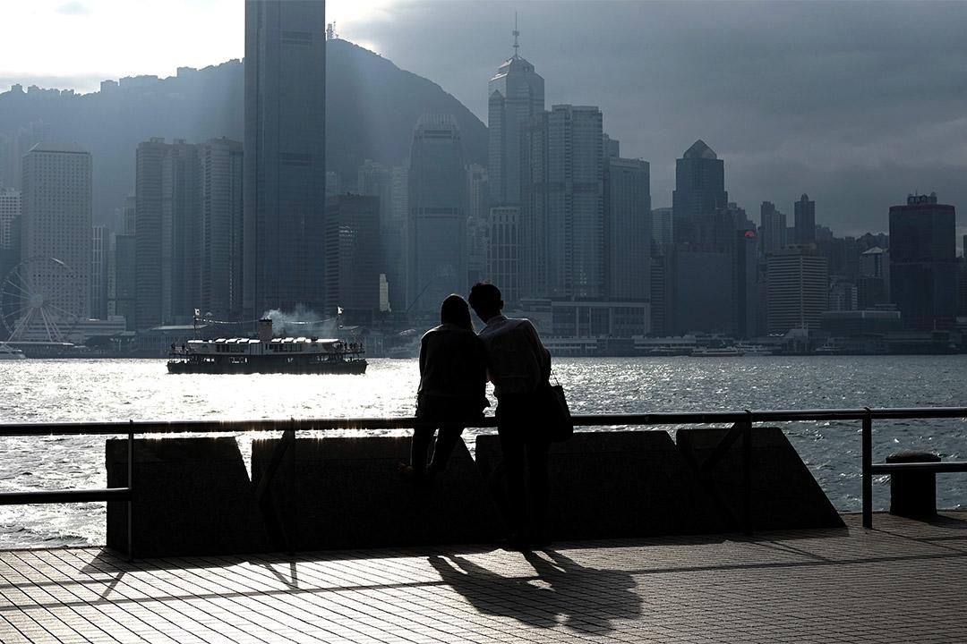 一對情侶在尖沙咀海旁談情。