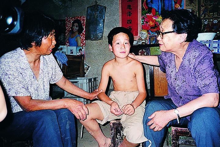 高耀洁收养爱滋孤儿。