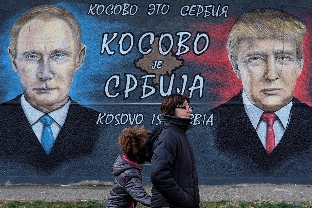 2016年12月4日,塞爾維亞貝爾格萊德,一對母子走過普京與特朗普的壁畫。