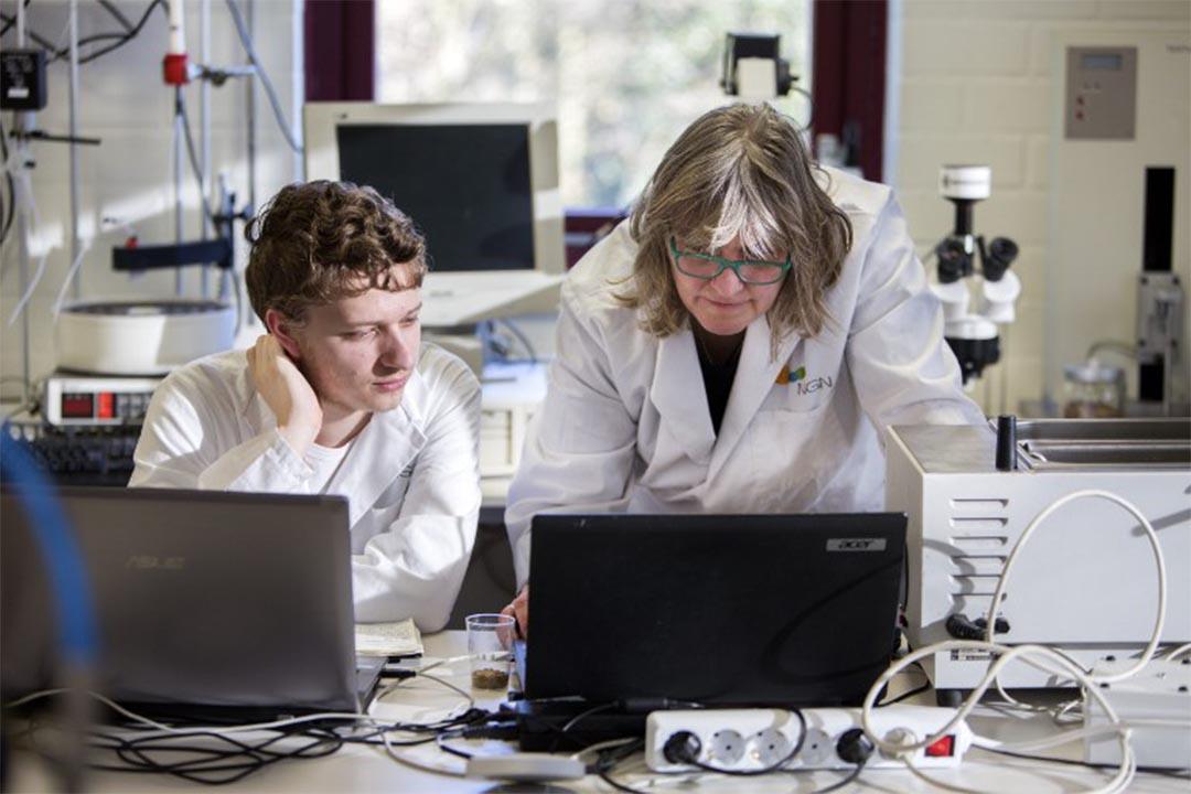 澳洲中學生破解高價愛滋病藥物並開源。圖為一個實驗室的人員正在使用電腦。