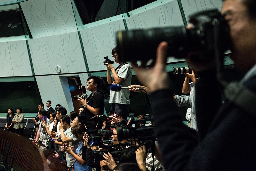 2016年7月15日,立法會換屆前最後一次會議後,議員大合照,媒體在會議廳內拍攝。