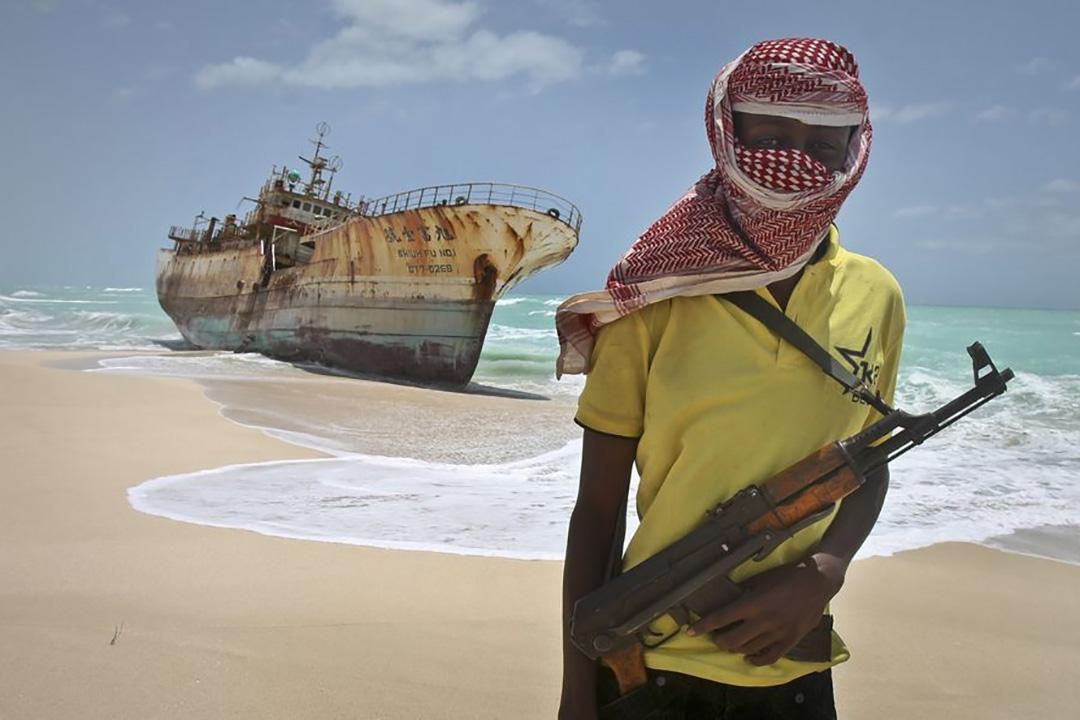 一名海盜在海邊與旭富壹號合照。